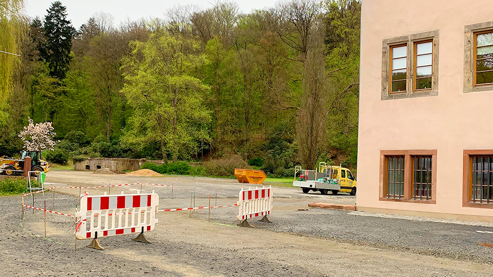 Temporäre Außengestaltung um das Wächtersbacher Schloss geht weiter