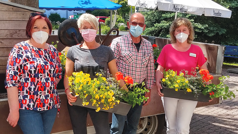 Gärtnerei Scherfer spendet Blumenpracht ans AWO Seniorenheim